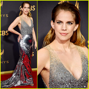 Veep's Anna Chlumsky Shines in Silver at Emmys 2017