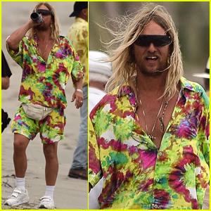 Matthew McConaughey Rocas Tie-Dye, Resopla Vino tinto en 'Beach Bum' Set