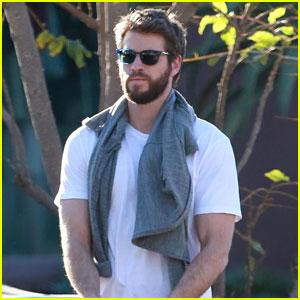 Liam Hemsworth Gets Ready to Spend Christmas With Miley Cyrus in Nashville (Report)