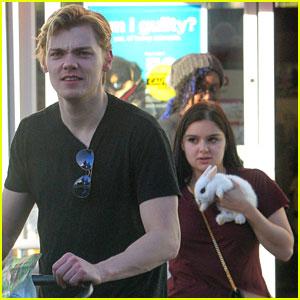 Ariel Winter & Novio Levi Meaden Adoptar un Bebé Conejo!