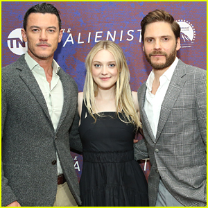 Luke Evans, Dakota Fanning, & Daniel Bruhl Promote 'The Alienist' in NYC!