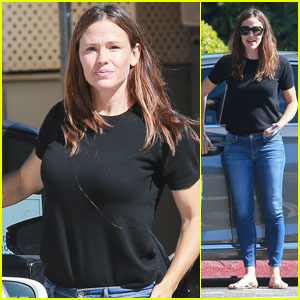 Jennifer Garner Is Busy Running Errands in Brentwood!