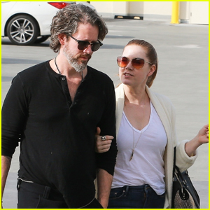 830a6782d2ad3 Amy Adams Cozies Up to Husband Darren Le Gallo While Grocery Shopping!