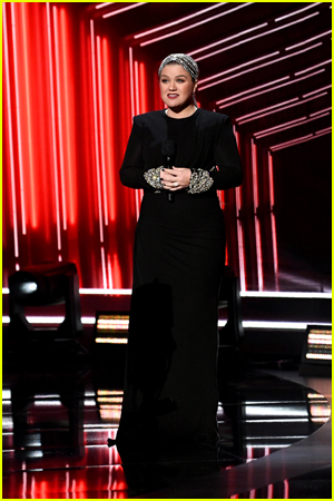 Kelly Clarkson presenting at awards show